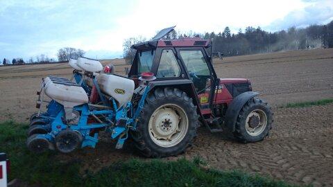 Traktor am Feld beim Setzen