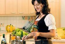 Frau in der Küche beim Zubereiten eines Kürbisrezeptes