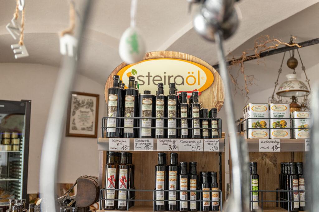 Verkaufsraum Steiraöl - Kernölflaschen